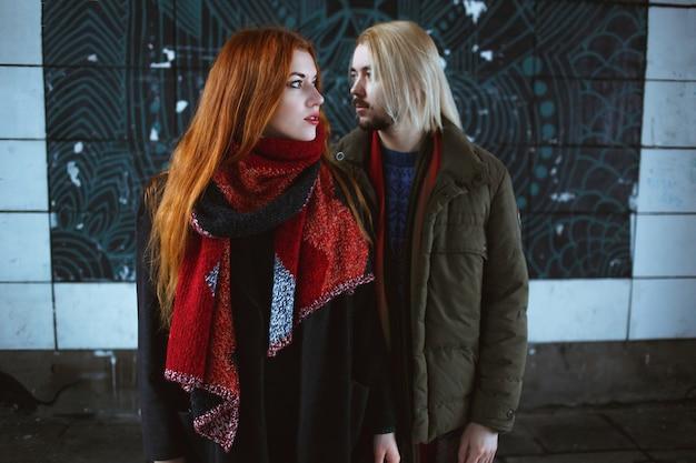 Stilvolles paar in der winterstadt Premium Fotos
