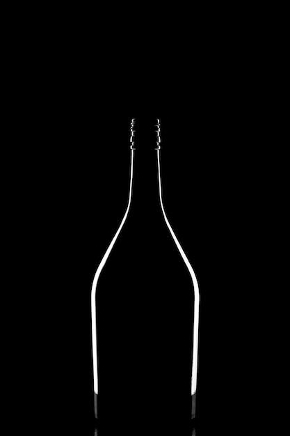 Stilvolles schattenbild der eleganten schwarzen verkorkten weinflasche reflektiert und durch licht auf schwarzem hintergrund umrissen Premium Fotos