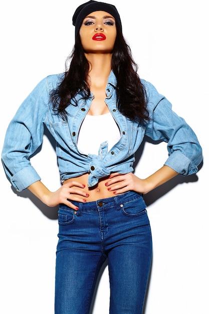 Stilvolles schönes modell der jungen frau des blickes der hohen mode zauber mit den roten lippen im hellen bunten jeanshippie-stoff des sommers im schwarzen beanie Kostenlose Fotos