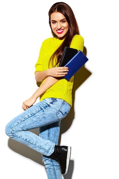Stilvolles sexy lächelndes schönes modell der jungen frau des blickes der hohen mode zauber im hellen gelben zufälligen hippie-stoff des sommers mit kupplungsgeldbeutel Kostenlose Fotos