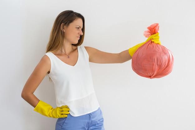 Stirnrunzelnde junge frau hasste reinigung Kostenlose Fotos