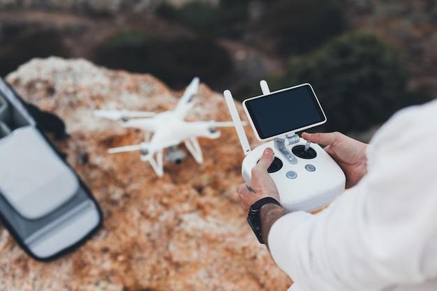 Stock aerial video creator und fotograf bereitet drohne für den flug vor Kostenlose Fotos