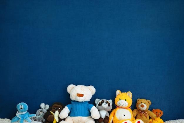 Stofftiere an einer blauen wand mit copyspace Premium Fotos