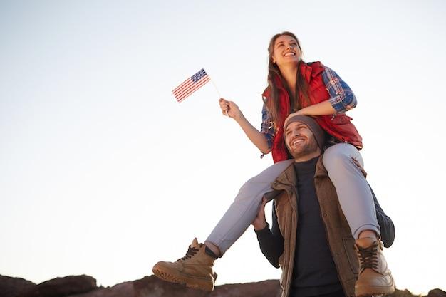 Stolze amerikaner, die in den bergen wandern Kostenlose Fotos