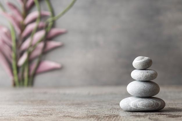 Stones spa-behandlungsszene, zen-ähnliche konzepte. Premium Fotos
