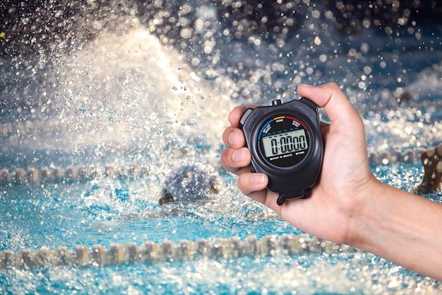 stoppuhr h lt an hand mit wettbewerben von schwimmen hintergrund download der premium fotos. Black Bedroom Furniture Sets. Home Design Ideas