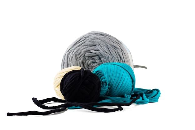 Stränge aus türkisfarbenem, schwarzem, grauem, beigem strickgarn Premium Fotos