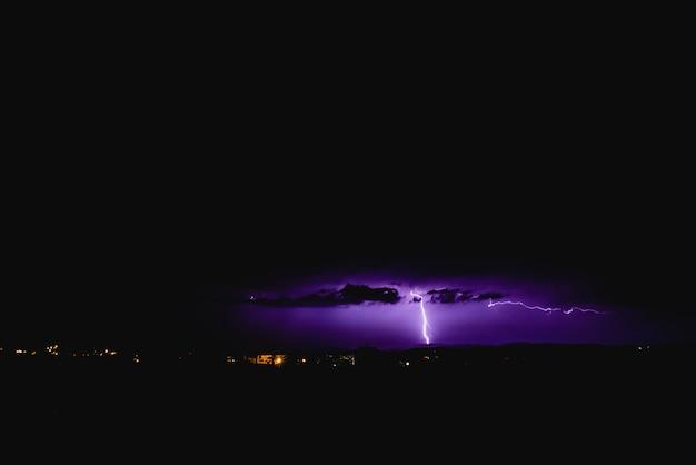 Strahlen in einem nachtsturm mit licht und wolken. Premium Fotos