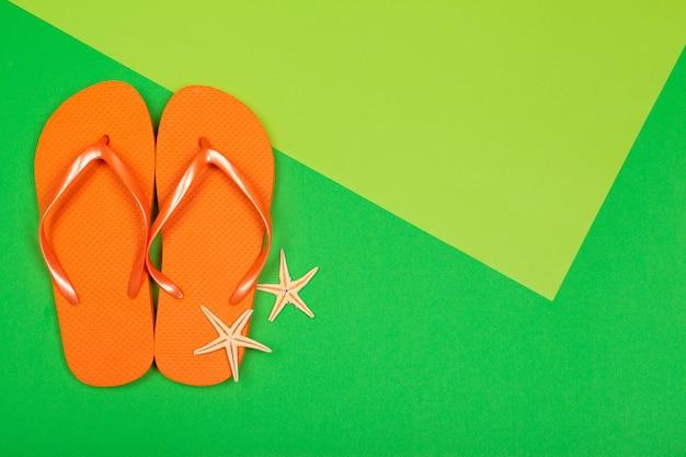 Strand flip flop auf farbigem hintergrund Premium Fotos