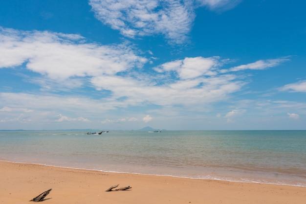 Strand, inselmeer während der sommersaison. Premium Fotos