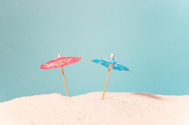 Strand mit bunten sonnenschirmen Kostenlose Fotos