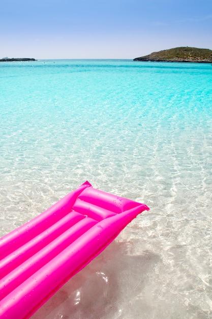 Strand schwimmende lounge rosa tropischen formentera Premium Fotos