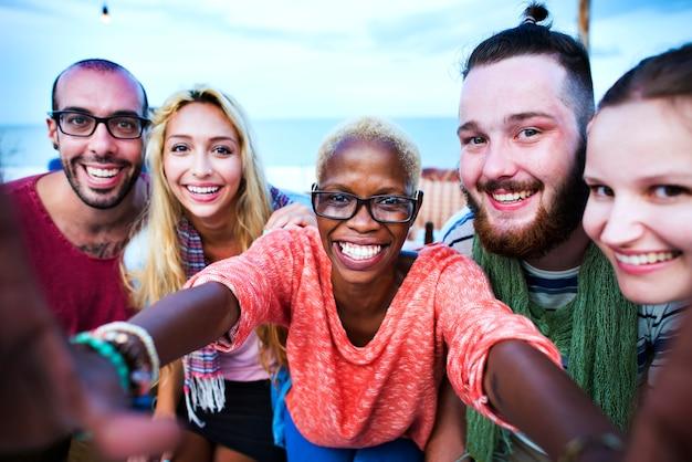 Strand-sommer-party-zusammengehörigkeits-selfie-konzept Kostenlose Fotos