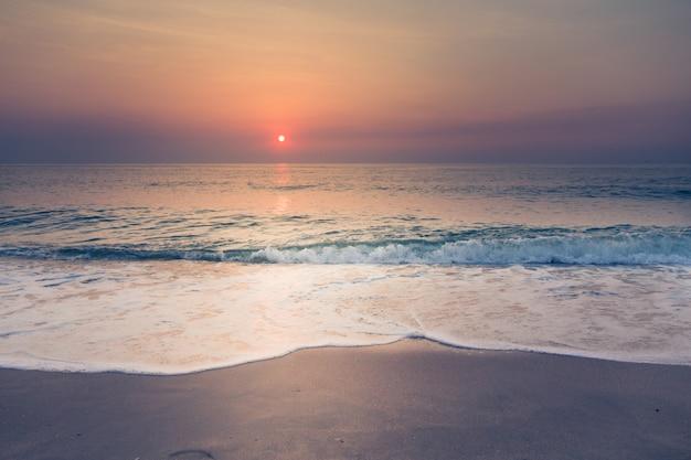 Strand und tropischer sonnenuntergang Kostenlose Fotos
