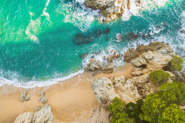 Strand voll von felsen und wellen in spanien Premium Fotos