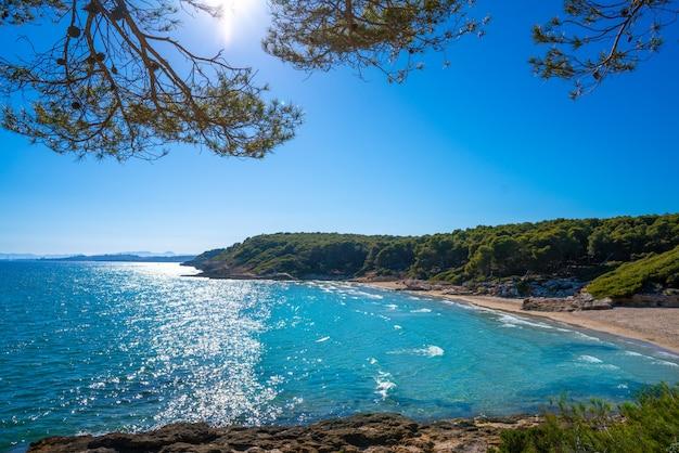 Strand von cala de roca plana in tarragona Premium Fotos