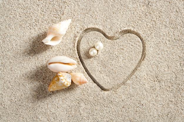 Strand weißen sand herzform drucken sommerferien Premium Fotos