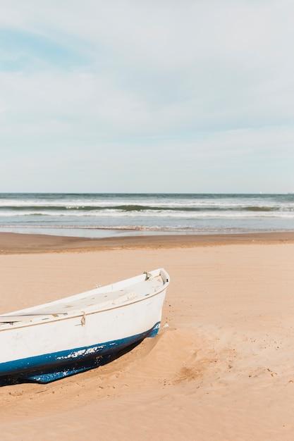 Strandkonzept mit boot Kostenlose Fotos