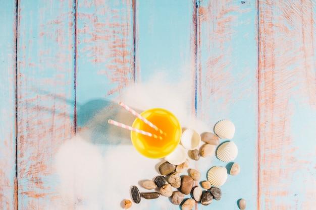 Strandkonzept mit saftglas auf hölzernem brett Kostenlose Fotos