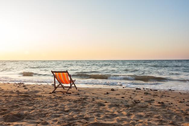 Strandkorb sonnenuntergang  Strandkorb mit Sonnenuntergang | Download der Premium Fotos