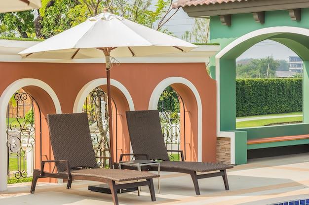 Strandstuhl-seitenswimmingpool bei thailand Premium Fotos