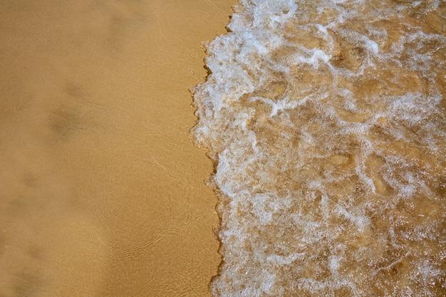 Strandwasser- und sandbeschaffenheitshintergrund Premium Fotos