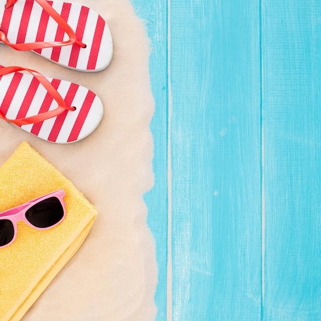 Strandzubehör auf blauer planke und sand - sommerferien-hintergrund Kostenlose Fotos