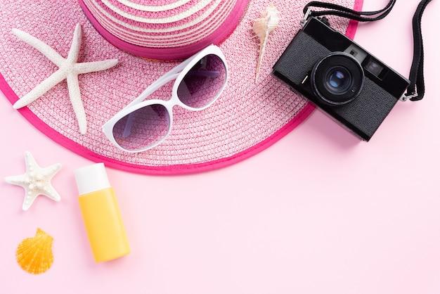Strandzubehör auf rosa hintergrund für sommerkonzept Premium Fotos
