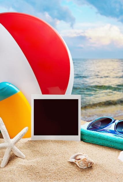 Strandzubehör und fotos auf dem gedächtnis auf einem hintergrund von meer Premium Fotos