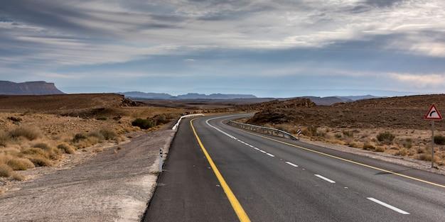 Straße, die durch wüste, makhtesh ramon, negev-wüste, israel überschreitet Premium Fotos