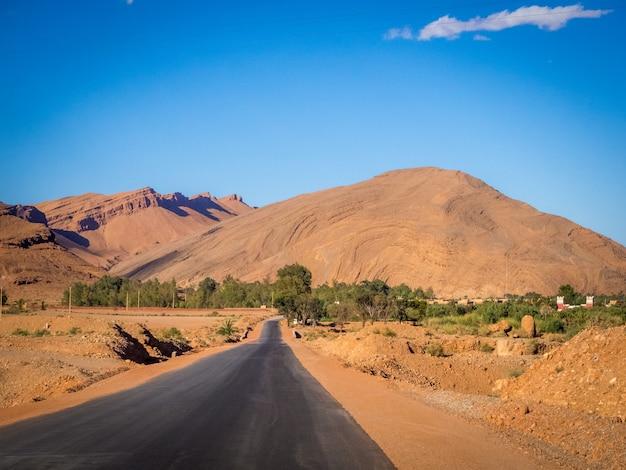 Straße im atlasgebirge in marokko während des tages Kostenlose Fotos