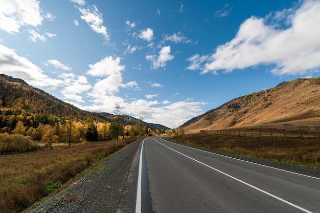 Straße in den bergen Premium Fotos