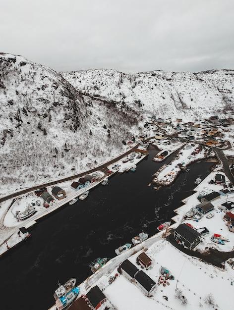 Straße in der nähe von schneebedeckten bergen während des tages Kostenlose Fotos