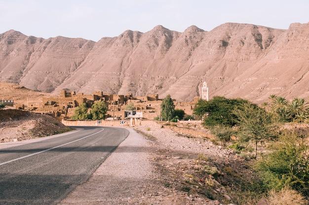 Straße in der wüstenlandschaft in marokko Premium Fotos