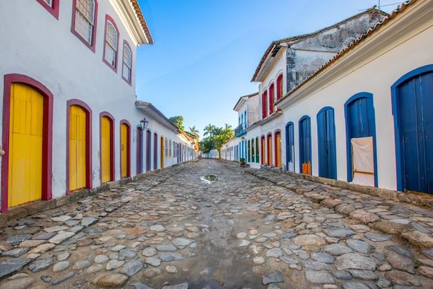 Straße und alte portugiesische kolonialhäuser im historischen stadtzentrum in paraty, staat rio de janeiro Premium Fotos