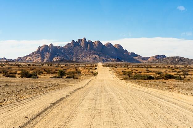 Straße weg zum spitzkoppe-gebirge. die spitzkoppe ist eine gruppe kahler granitgipfel in der swakopmund namib wüste - namibia Kostenlose Fotos