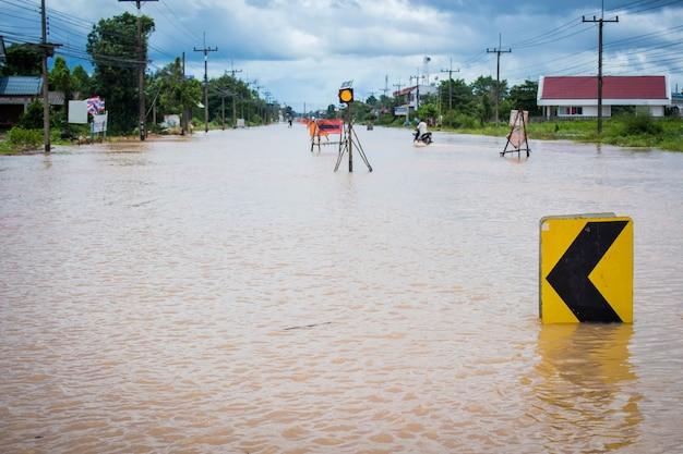 Straße wegen überflutung geschlossen Premium Fotos