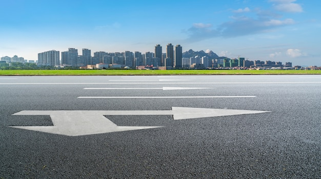 Straßen-boden und städtische moderne architekturlandschaftsskyline Premium Fotos