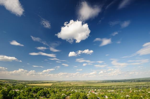 Straßen- und landwirtschaftliche felder in moldau Premium Fotos