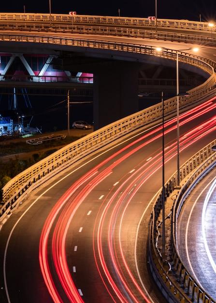 Straßenauto lichtstreifen. nachtlicht malerei streifen. Premium Fotos