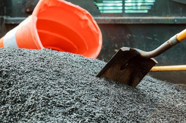 Straßenbauarbeiten. neuer asphaltbeton, betonbordstein und orangefarbene sicherheit Premium Fotos