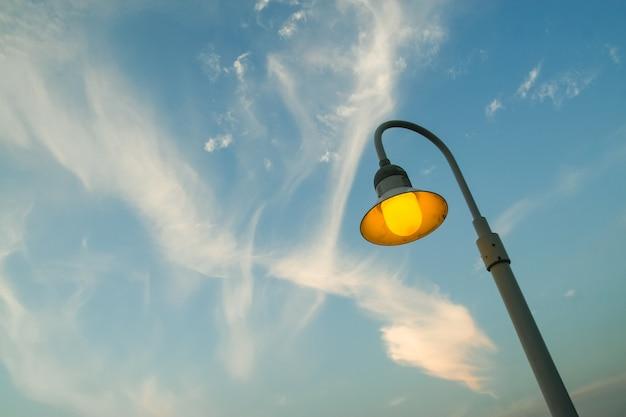 Straßenbeleuchtung mit bewölktem himmel Kostenlose Fotos