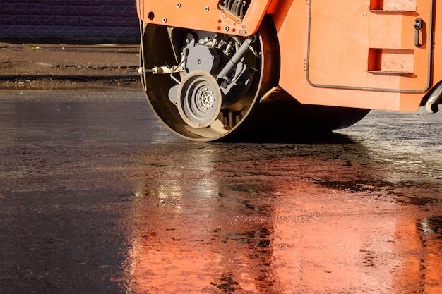 Straßenfertiger, walzen in der nähe von straßenarbeiten. reparatur von straßen Premium Fotos
