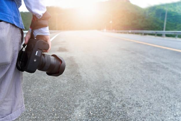 Straßenfotograf auf road trip. berufs- und reisendkonzept Premium Fotos