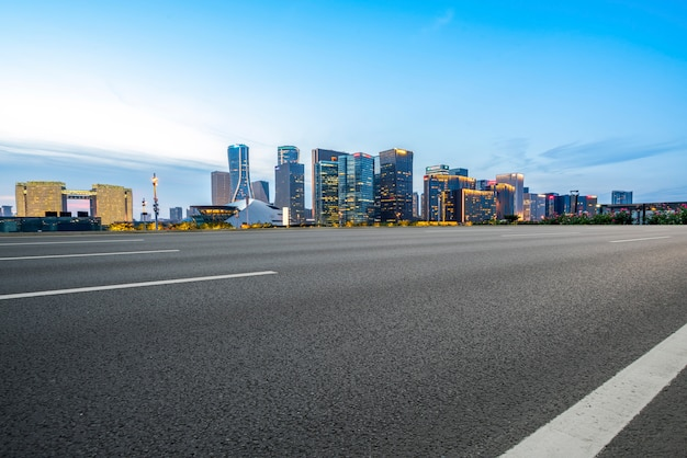 Straßengrund und städtische moderne architekturlandschaft Premium Fotos