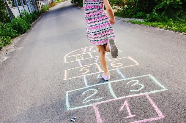 Straßenkinderspiele in klassikern. selektiver fokus Premium Fotos