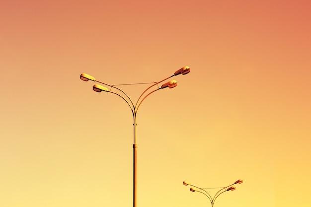 Straßenlaternen am sonnenuntergang himmel Premium Fotos