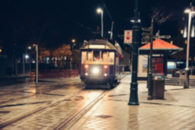 Straßennachtstadtlichter verwischen. Premium Fotos