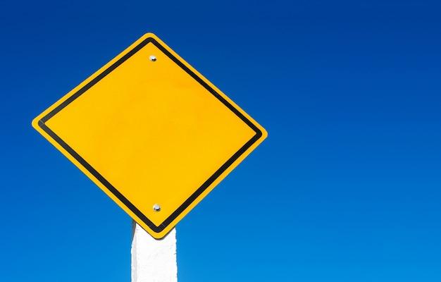 Straßenschild gegen blauen himmel Premium Fotos