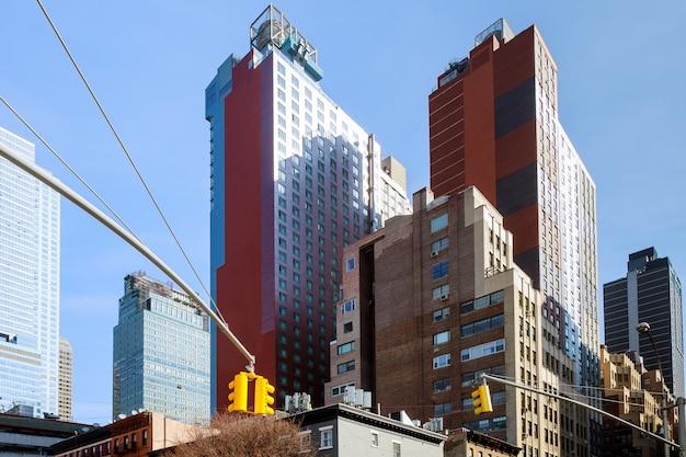 Straßenschild von fifth ave und west 33rd st. bei sonnenuntergang in new york city Premium Fotos